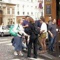 Rencontre au coin d'une rue... et autographes sur fesses !