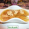 Potage aux raviolis de poulet chinois.