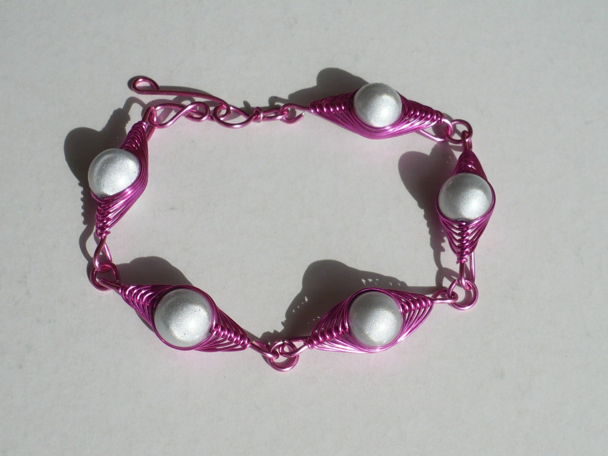 bracelet wire rose perles blanches