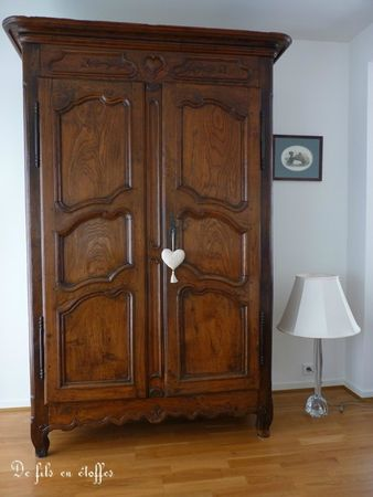 une armoire ancienne bien garnie de fils en toffes. Black Bedroom Furniture Sets. Home Design Ideas