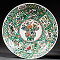 Plat en porcelaine et émaux polychromes de la famille verte, chine, dynastie qing, période kangxi (1662-1722)