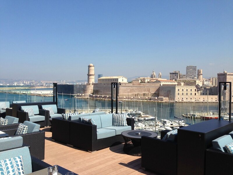 chuuut on craque pour la toute nouvelle terrasse du sofitel marseille vieux port. Black Bedroom Furniture Sets. Home Design Ideas
