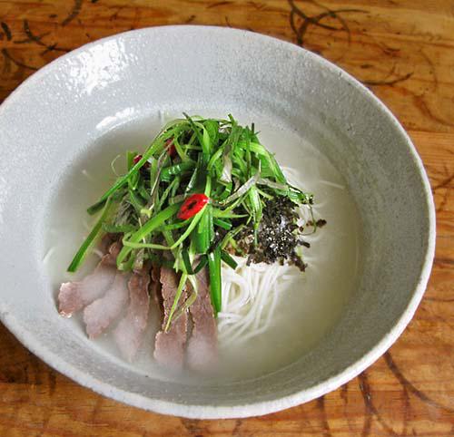 Nouilles froides au bouillon de boeuf et de kimchi blanc