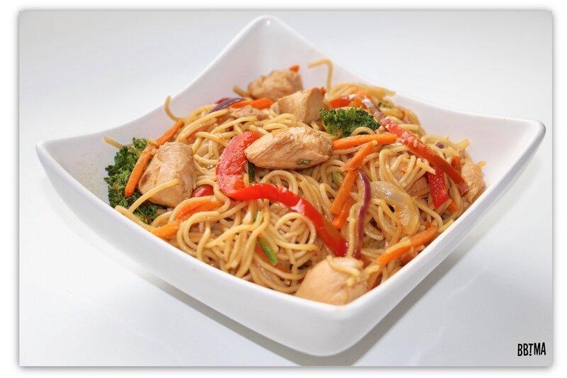 9-idee-menu-plat-recette-cuisine-wok-asiatique-legumes-croquants-nouille-chinoise-poulet-sauce-soja-sezame-facile-rapide-carotte-poivron-brocolis-oignon-bbtma-blog-maman-parents-enfant-kids-15-minutes