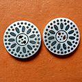 Lot de 2 boutons nacres blancs gravure noire
