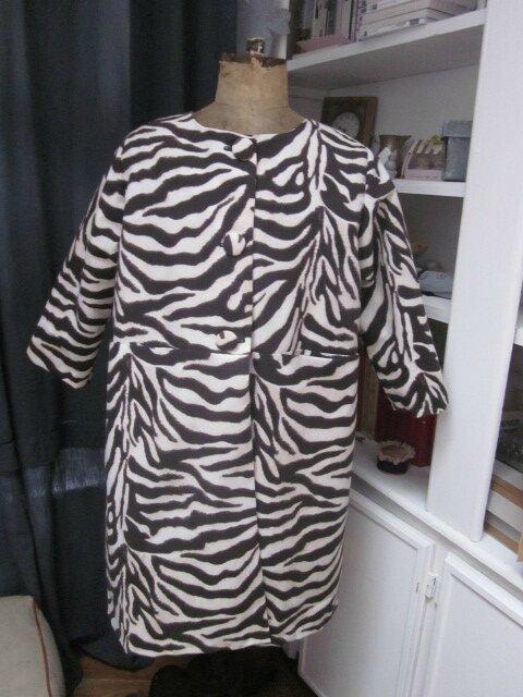 Manteau Gisèle en toile de coton imprimé zèbre - Doublure de satin noir (4)