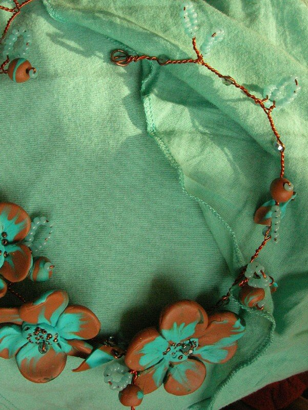 Collier tortillons et fleurs, turquoise et marron en fimo, rocaille et fil de fer (vue 1)
