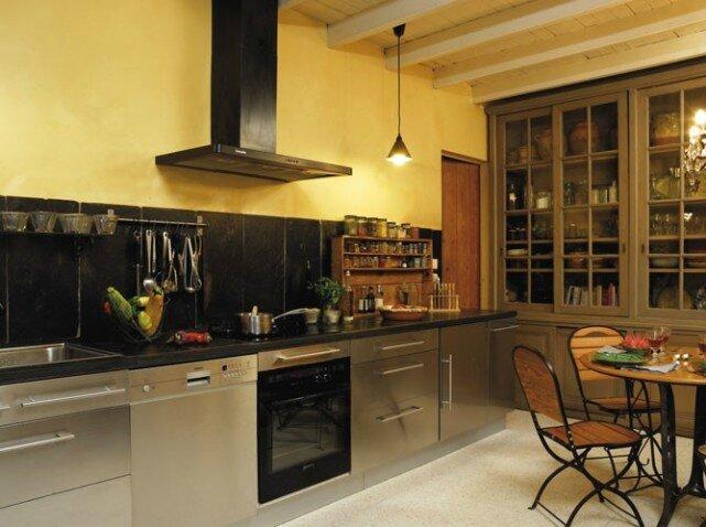 Cuisine-moderne-aux-meubles-anciens_w641h478
