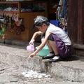 LIJIANG - Une petite fille se lave les cheveux...