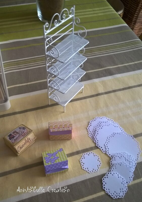 Mini vitrine pâtisserie - étagère boîtes et napperons