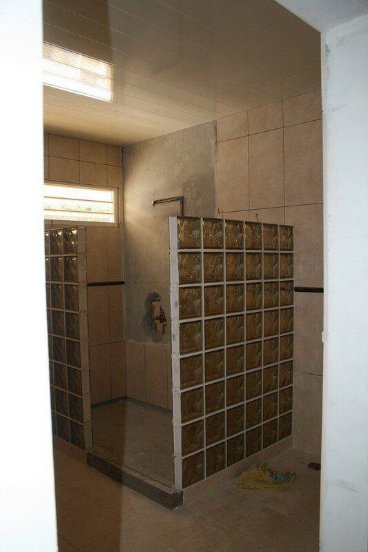 briques de verre dans les salles de bains...porte d'entrée - notre ... - Brique De Verre Salle De Bain