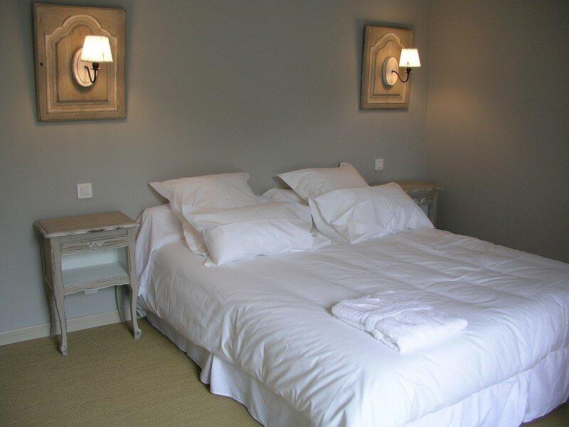 Chambre taupe et noir patines et cie relooking de meubles for Chambre taupe et blanc