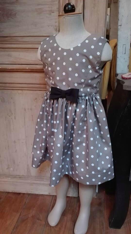 Robe OCTAVIE en coton taupe à pois blancs - Noeuds et boutons recouverts en coton noir (2)