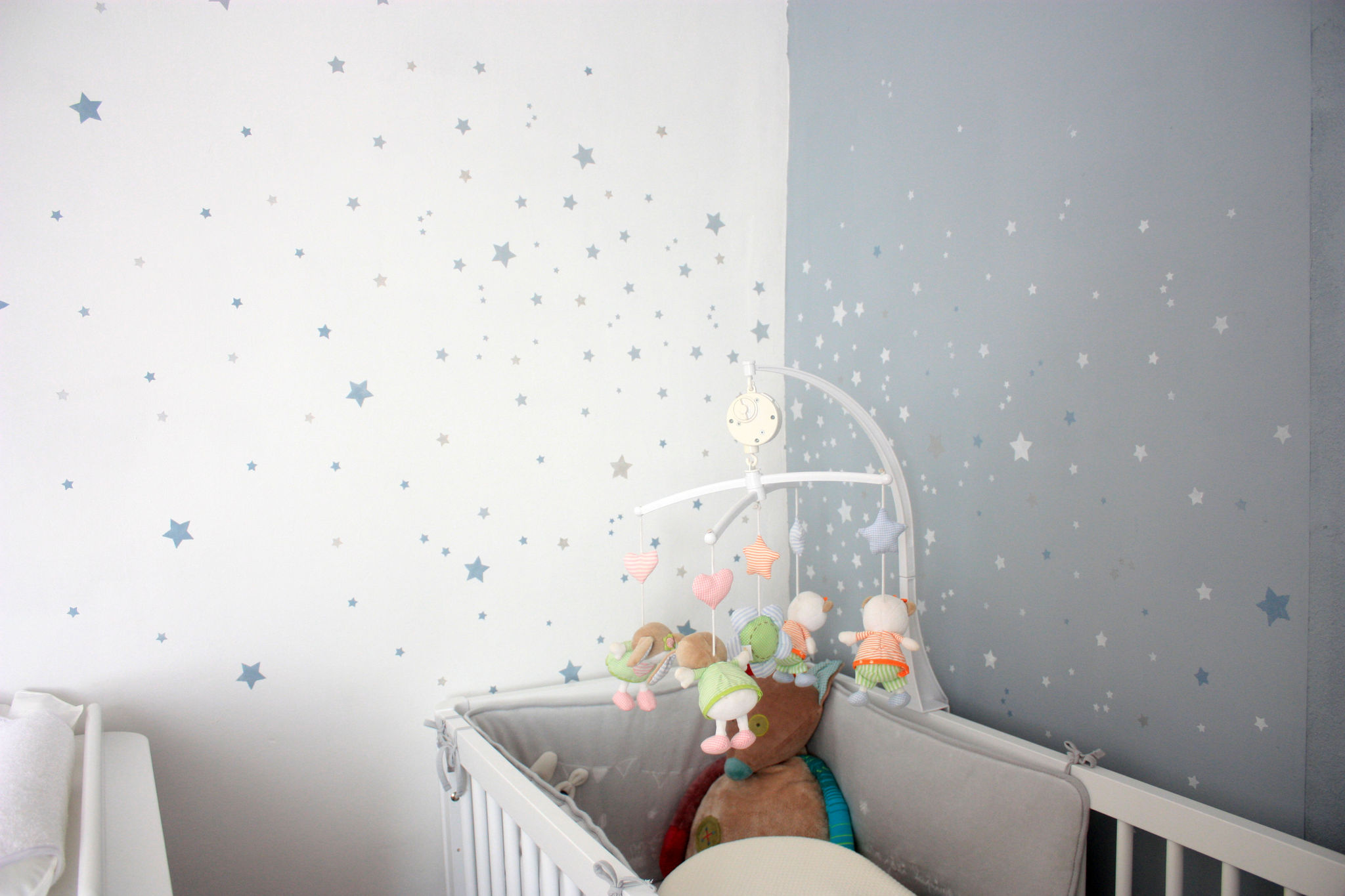 Decoration chambre bebe bleu for Chambre bebe gris blanc rose