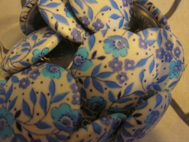 Boutons 32 mm recouverts de coton enduit fleuri bleu