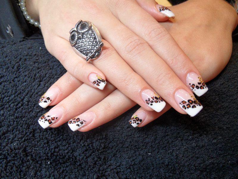 french oblique blanche, konad léopard le tout en gel , ongles 001