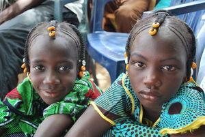 Les_petites_filles_Peuls_avec_coiffure_traditionnelle___Festival_Bamtaar__Lawr__Gawd___Avril_2010