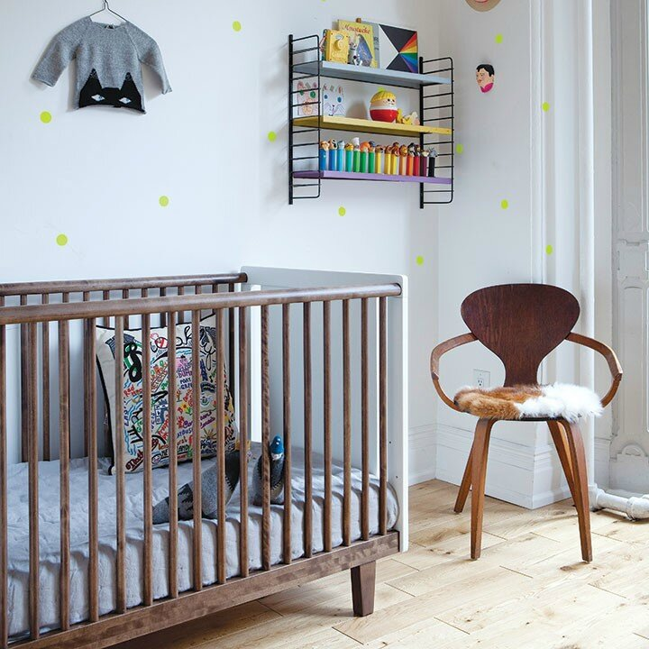 rhea-crib-roomsetting-wallnut