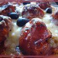 La main a la pate avec une pizza aux tomates confites