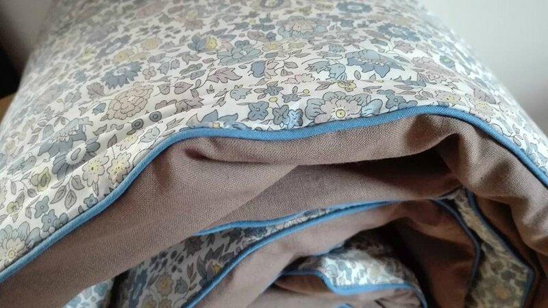 Plaid-Edredon en Liberty d'Anjo bleu et beige, dos de coton taupe, passepoil bleu 150x100 cm (5)
