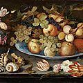 Balthasar van der ast (1593-1657) nature morte à la coupe de fruits, vase de fleurs wanli, coquillages et lézard sur un entablem
