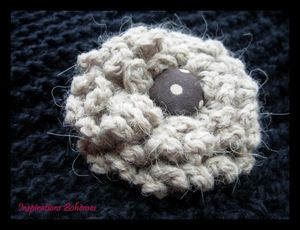 crochet_broche_in_beige_and_brown_with_dots_2_Ib
