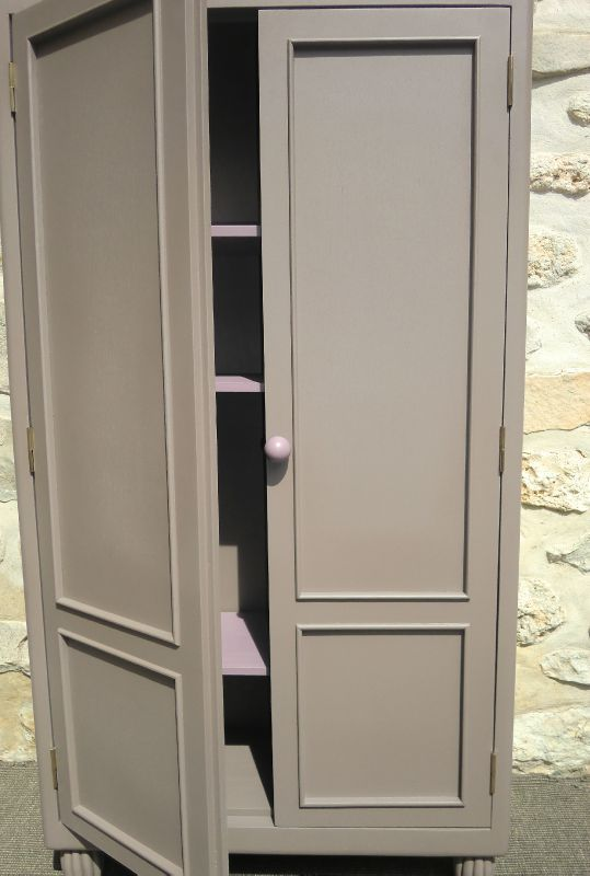 ancienne petite armoire avec etageres taupe et violine. Black Bedroom Furniture Sets. Home Design Ideas