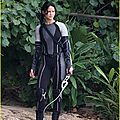 jennifer-lawrence-fish-eating-on-hunger-games-set-06
