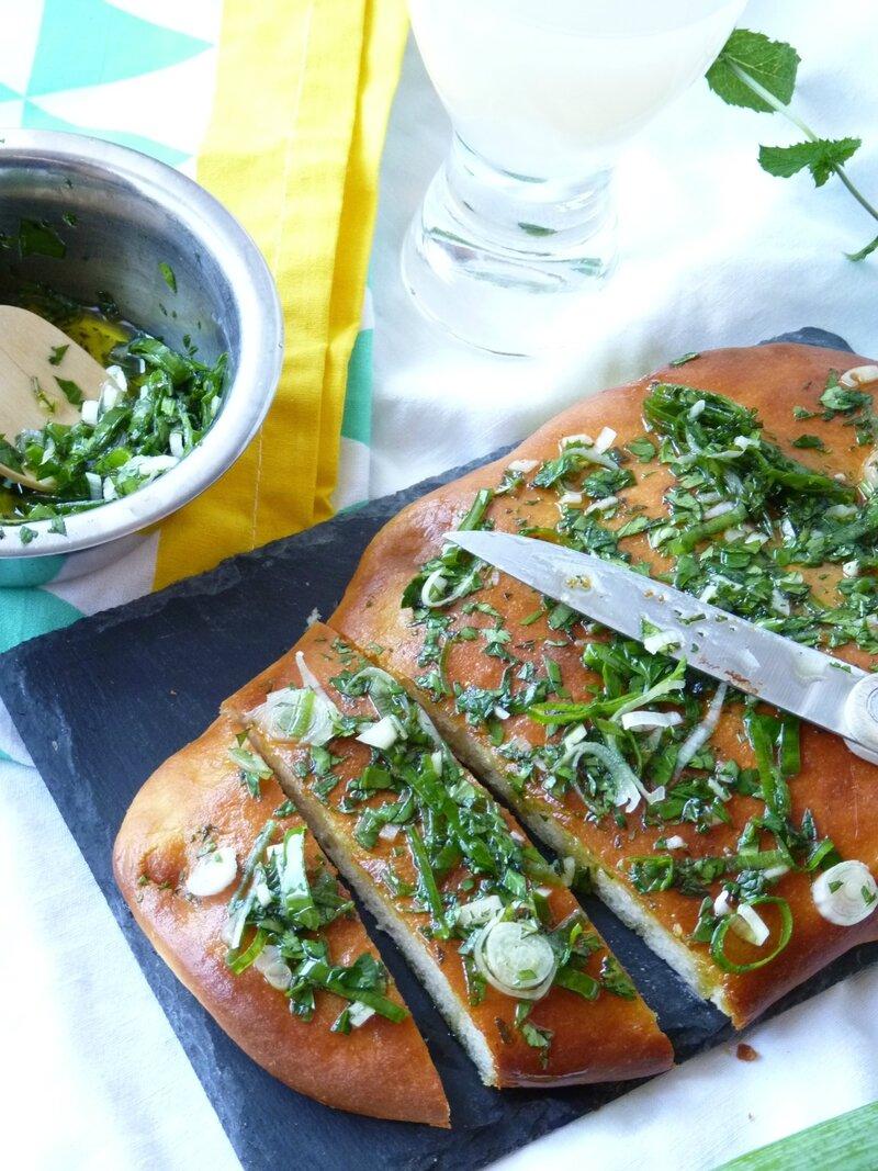 Pain plat au parmesan et pesto d'herbe