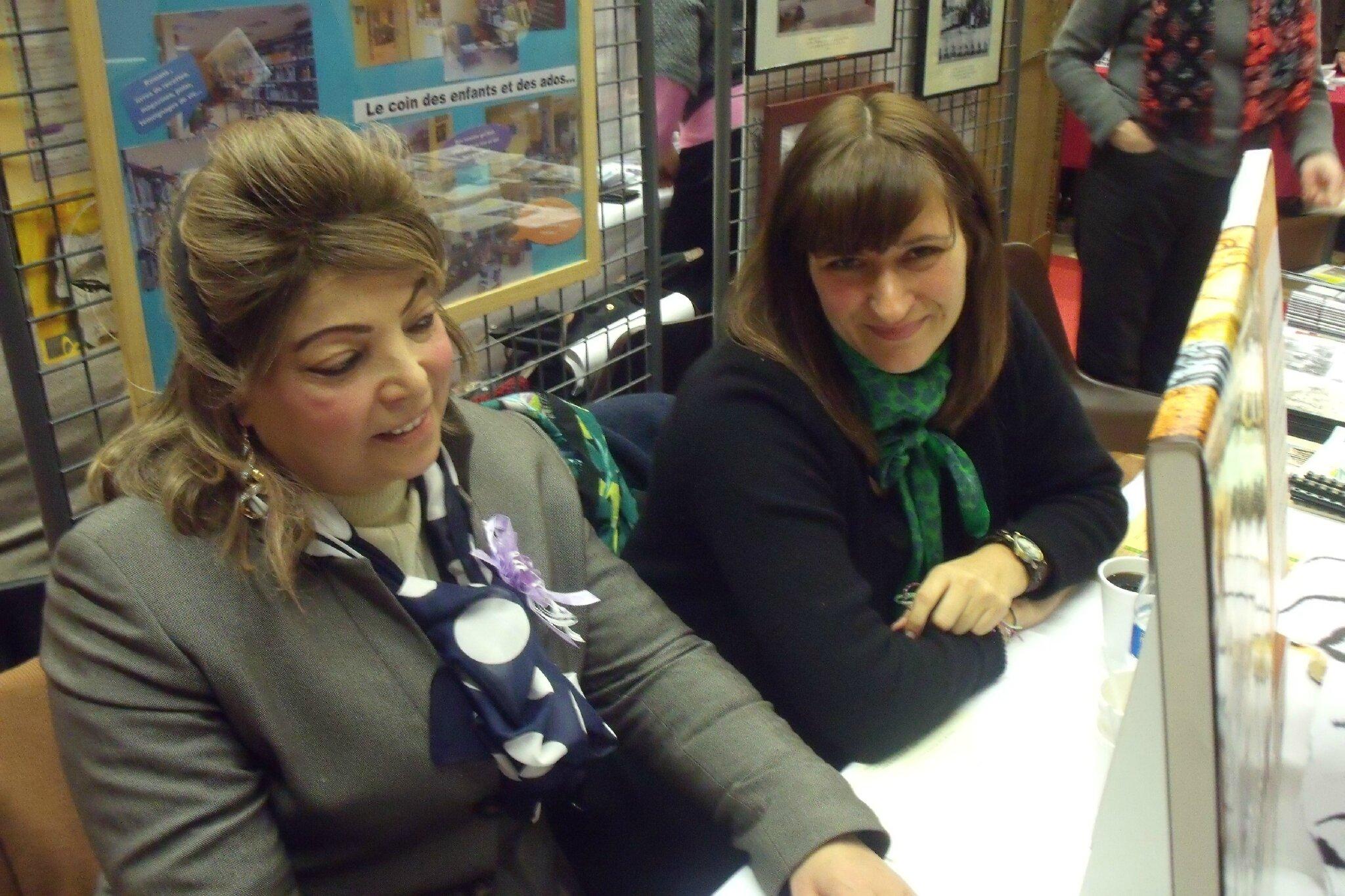 Karine Biscaut (à droite), sur le stand de l'Espace Livres de Woippy