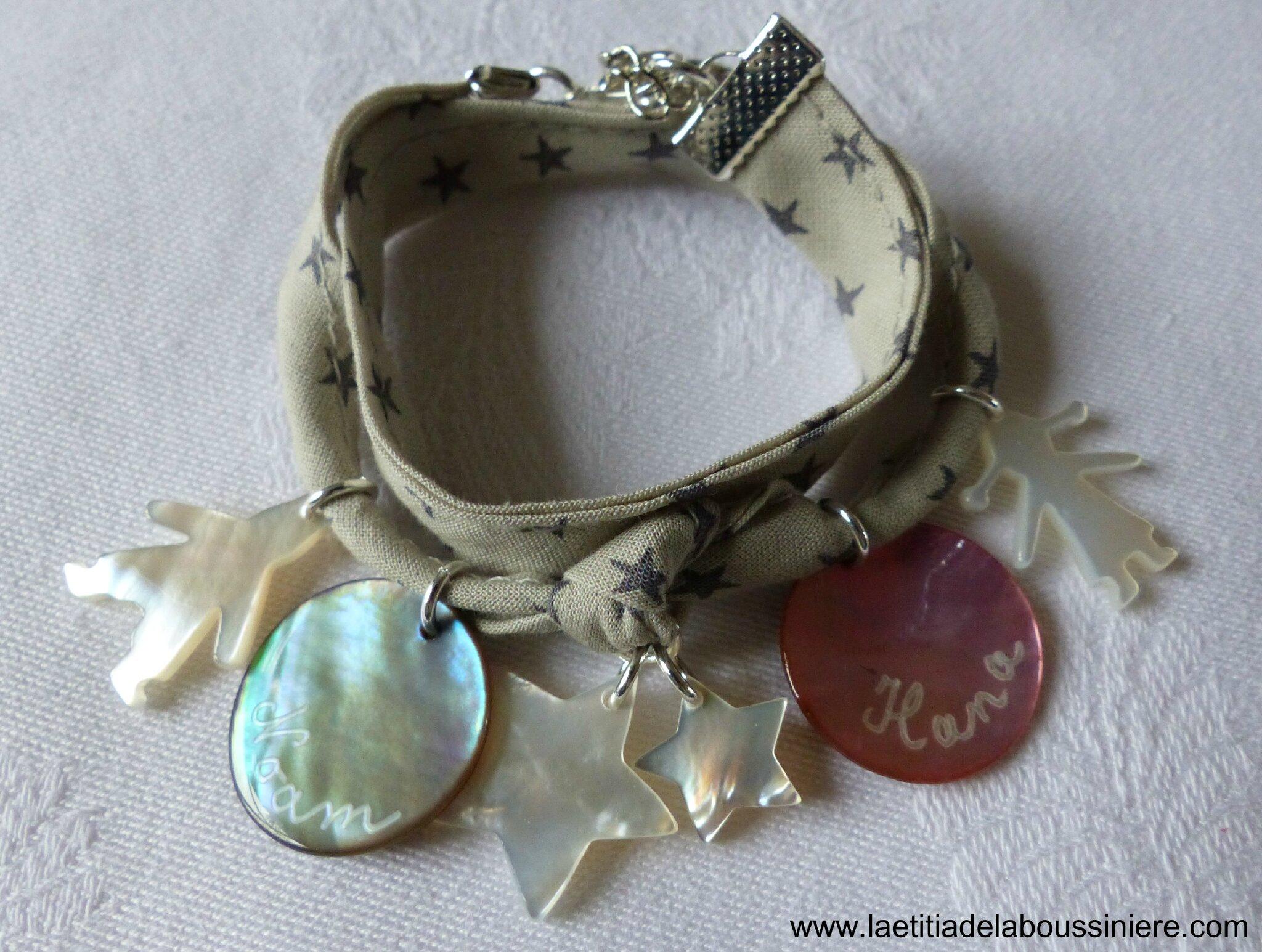 Bracelet double tour médailles en nacre gravées et breloques en nacre
