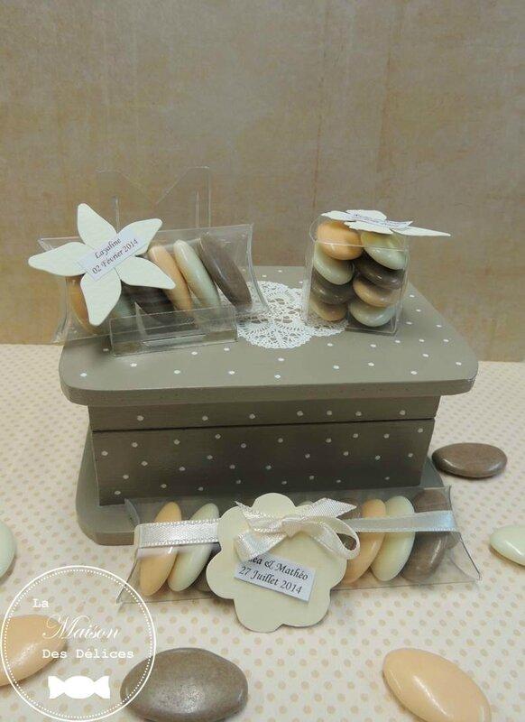etui cube transparent plexi contenant dragees mariage bapteme amande avola chocolat peche abricot melon taupe ivoire etiquette fleur personnalisation ruban satin2