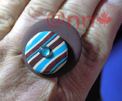 Bague Fimo ronde chocolat rayée turquoise (N)