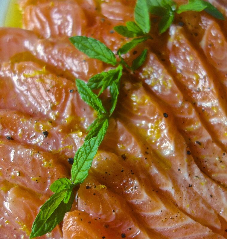 saumon mariné cru à la menthe fraîche