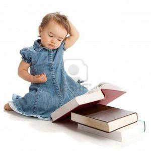 4383462-petite-fille-lisant-un-livre-et-se-gratter-la-tete