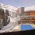 Vue sur la piscine et la station