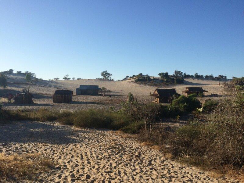 Village perdu dans les dunes de sable blanc