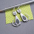 Boucles d'oreilles chat long gris clair/ gris foncé14€