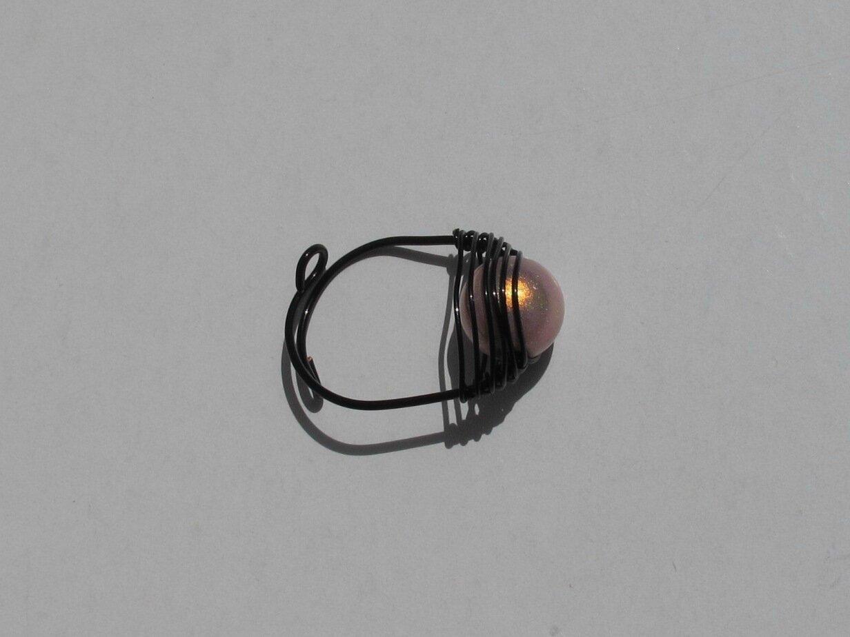 bague wire noire perle rose dessus