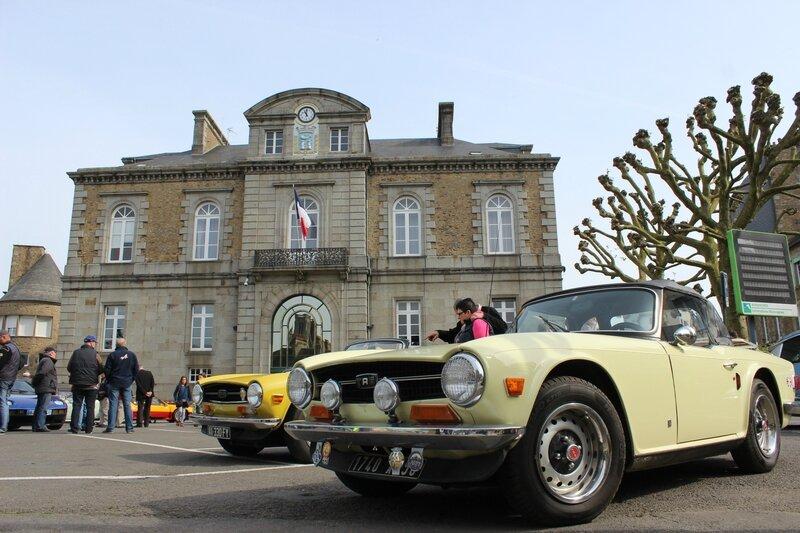 rassemblement voitures anciennes Avranches mai 2014 place Littré Hôtel de ville
