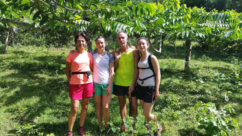 en famille devant les ylang-ylang