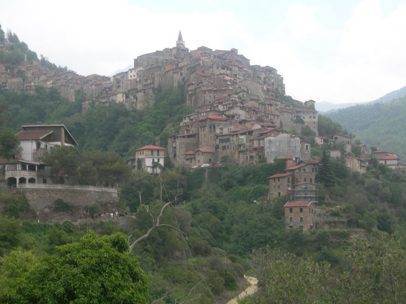 APRICALE VILLAGE MEDIEVAL 1