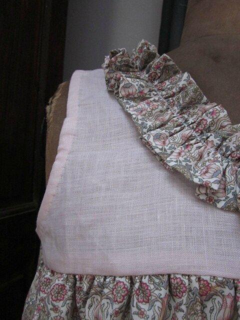 Robe BRUNE avec empiècement en lin rose et jupe et ruché en coton imprimé (4)