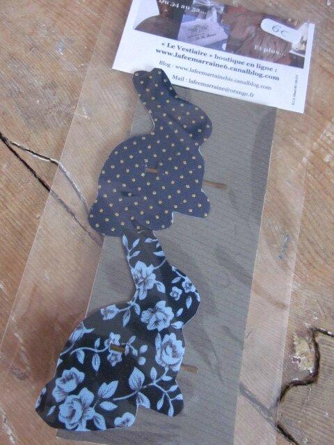 Carte de 2 pinces à cheveux LAPIN - l'une en coton marine à pois or, l'autre en coton marine fleuri ciel