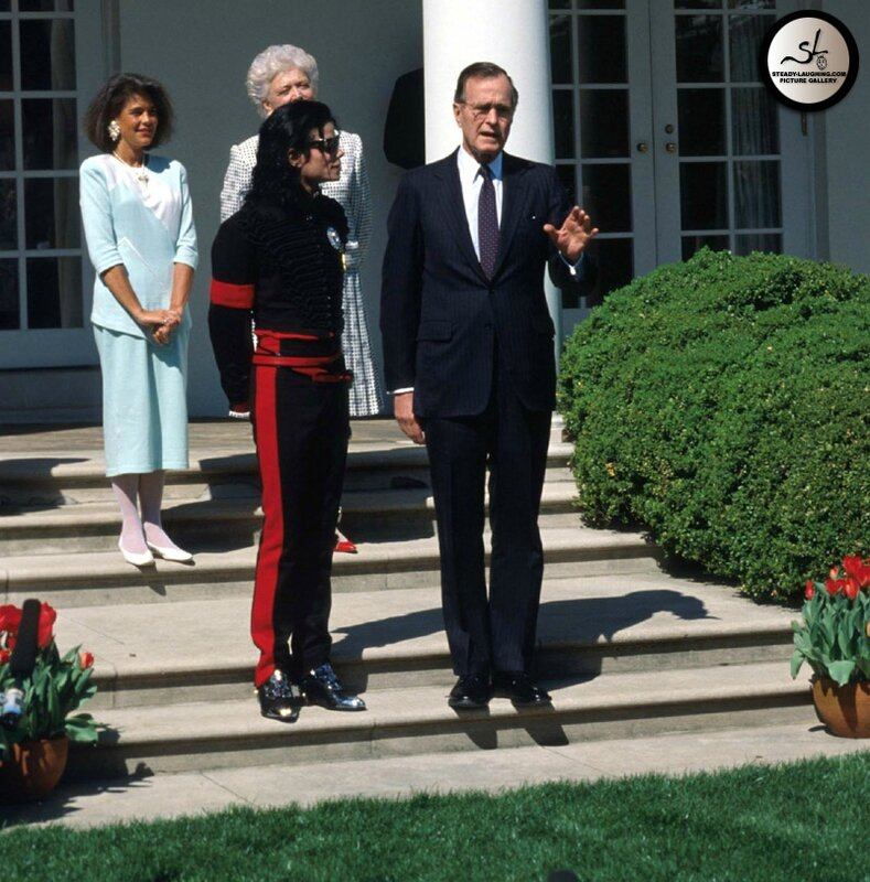 after-being-honored-by-the-museum-of-children-as-the-entertainer-of-the-decade-president-george-bush-personally-congratulates-michael-at-the-white-house(50)-m-6
