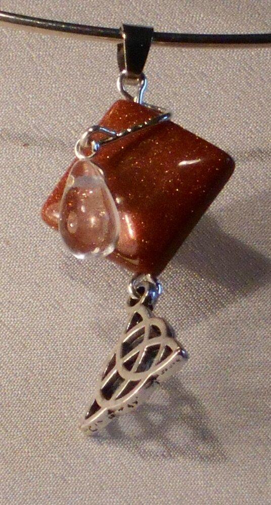 4 pendentif en pierre de soleil de synthèse. 4 €