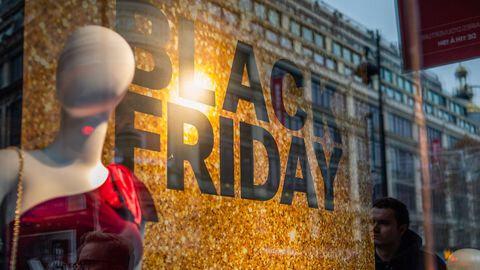 annonce-de-la-journee-de-promotions-black-friday-sur-la-vitrine-d-un-magasin-a-paris-le-23-novembre-2018_6233672