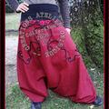 Sarouel rouge profond avec arabesque