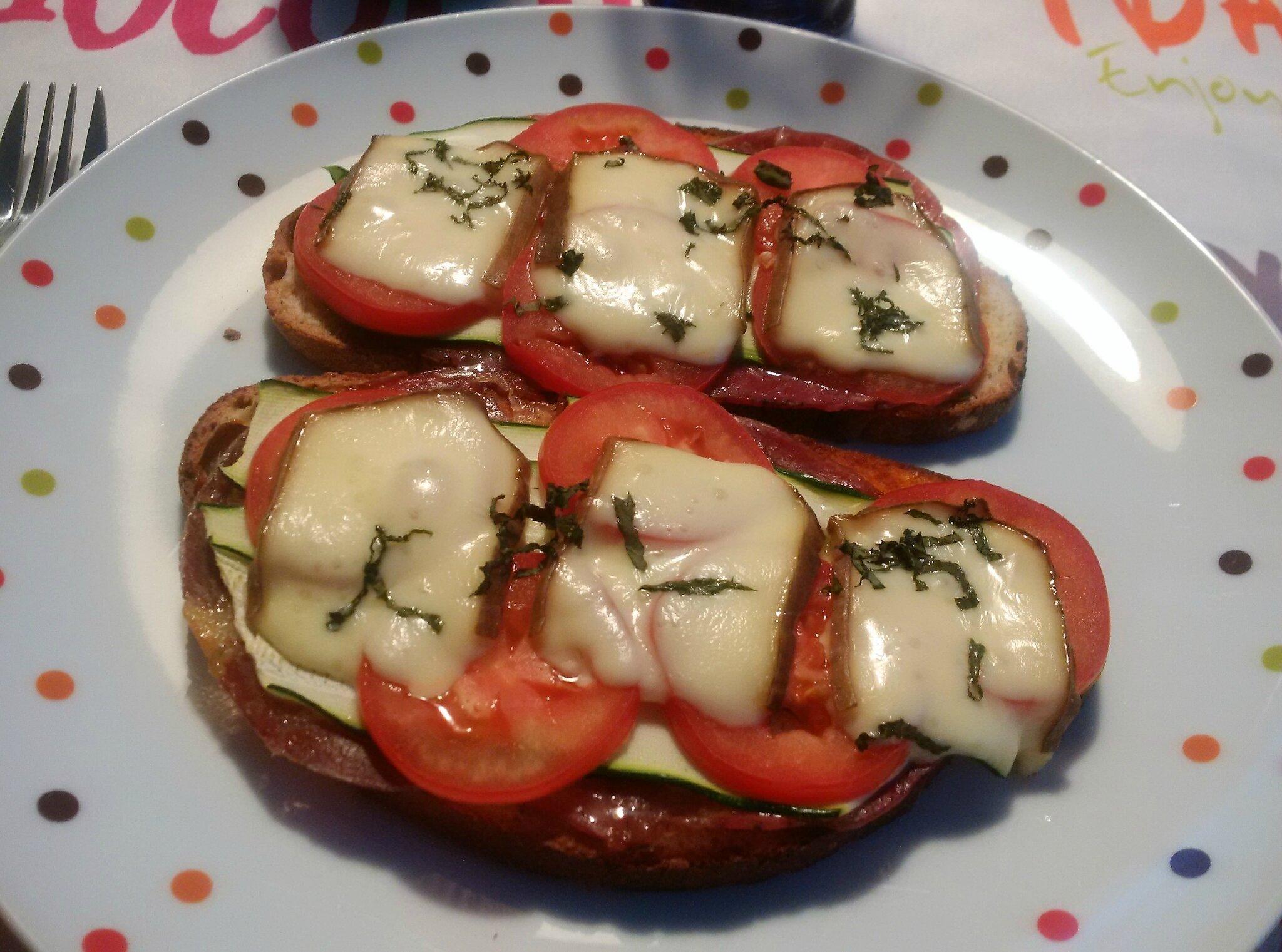 Bruschetta à la Trappe d'Echourgnac (avec jambon cru, courgette, tomates, pesto rosso, basilic)
