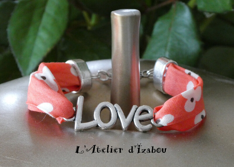 P1030132 Bracelet Love, cordon liberty à fleurs corail et fermoir toggle rond